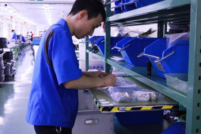 部品棚に設置された収納できる机