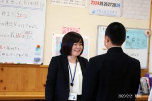 生徒と会話する仲澤さん