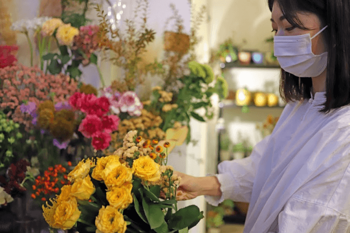 花束をつくる菜摘さんの写真