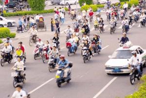 大量のバイクが道を走る様子