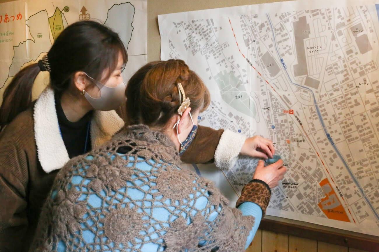 地図に書き込んでいる写真