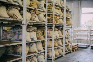 豆入りの麻袋が熟成倉庫に並ぶ写真